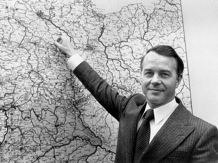 Bundestag-Niedersachsens-Ministerpraesident-Ernst-Albrecht-CDU-zeigt-1977-auf-einer-Landkarte-den-Standort-Gorleben-im-Kreis-Luechow-Dannenberg