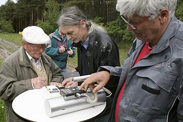 Gemeinsame Strahlungsmessung der Bürgerinitiative Umweltschutz Lüchow-Dannenberg (BI) und der Gesellschaft für Nuklearservice (GNS) am Zaun des Geländes zum Zwischenlager in Gorleben. Im Bild (von links): Hartwig Görlich und Wolfgang Kallen von der BI, ein Mitarbeiter der GNS.