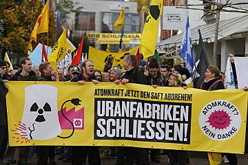 Rund 700 Antomkraftgegner haben im Oktober 2016 in Lingen gegen die dortige Brennelementefabrik demonstriert und ihre sofortige Abschaltung gefordert. Genau wie die Urananreicherungsanlage in Gronau ist die BE-Fabrik bislang vom deutschen Atomausstieg ausgenommen.