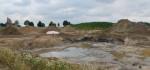 Bohrschlammgrube zwischen Wistedt und Osterwohle mitten im Getreidefeld. Bereits in 60 cm Tiefe ist Ölschlamm zu sehen und zu riechen