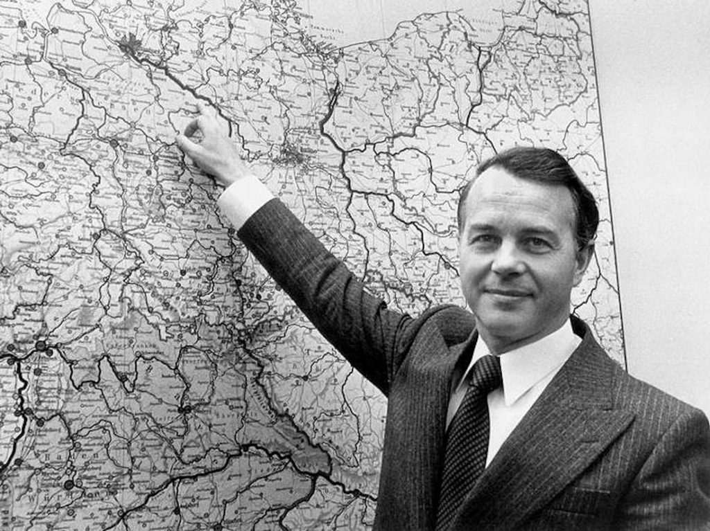 Bundestag-Niedersachsens-Ministerpraesident-Ernst-Albrecht-CDU-zeigt-1977-auf-einer-Landkarte-den-Standort-Gorleben-im-Kreis-Luechow-Dannenberg-1-1024x767