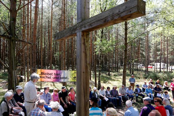 """Während des Gottesdienstes des Gorleben Gebets, der anlässlich der """"Kulturellen Widerstandspartie"""" im Zuge der """"Kulturellen Landpartie"""" im Wendland  abgehalten wurde, pflanzten Teilnehmende einen Baum für die kurz zuvor verstorbene """"Grande Dame"""" des Atom-Widerstands, Marianne Fritzen."""