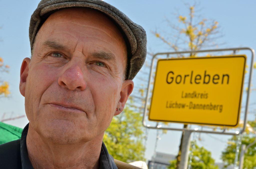 """Am 22. Mai 2014 nahm die Endlagerkommission die Arbeit auf. Dagegen hat die Bürgerinitiative Lüchow-Dannenberg in Berlin und in Gorleben protestiert. Die Kommission als Teil des Standortauswahlgesetzes suggeriere, dass die Endlagersuche neu gestartet werde. Statt wirklich einen Schlussstrich unter die Tricks, Lügen und Verdrehungen der letzen drei Jahrzehnte zu ziehen, bleibe Gorleben als Standort gesetzt, so die BI. Durch das Gesetz und das Beteiligungsverfahren - die Endlagersuchkommission - sollen Umweltverbände eingebunden werden, um Gorleben im Nachhinein zu legitimieren. """"Welch Zeitverschwendung"""", so die BI, """"dass nun zwei Jahre lang offen und versteckt über einen Standort gestritten wird, statt eine umfassende Atommülldebatte einzuleiten!"""" Im Bild: Wolfgang Ehmke, Pressesprecher der Bürgerinitiative Lüchow-Dannenberg   Ort: Berlin Copyright: Kina Becker Quelle: PubliXviewinG"""