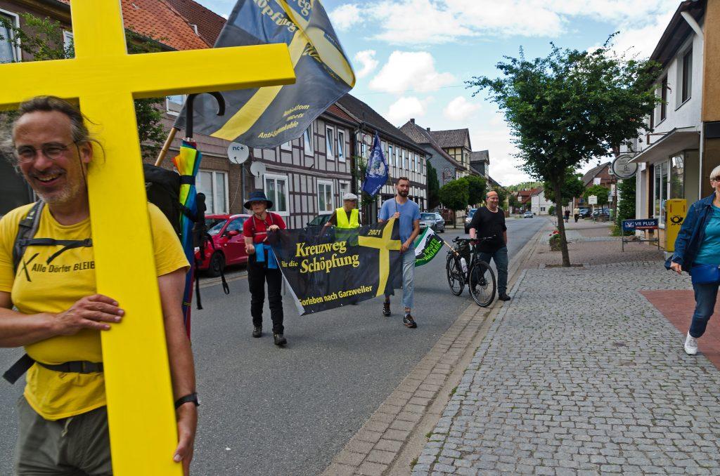 Kreuzweg Gorleben Garzweiler - 2. Tag -Bülitz - Clenze - endlich!!! - die letzten Meter zurm ersehnten Tagesstopp und dem gedecktenTisch (Elisabeth und Dieter)